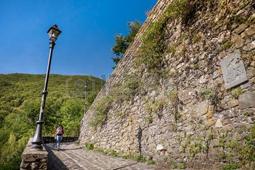 62917547-garfagnana-toscana-italia--chiesa-vecchia-di-gorfigliano-valle-del-serchio-lucca-la-via-della-croce-
