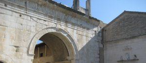 Il Colosseo riapre e sfoggia il tricolore in memoria delle vittime Covid