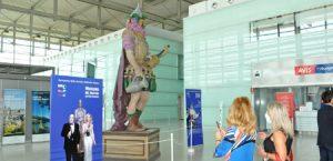 Enolo, la scultura di Dante Ferretti, brinda all'arrivo dei turisti nelle Marche